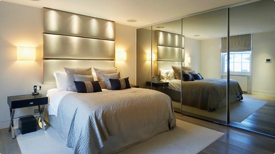 Dormitorio con armario empotrado con frente de espejo