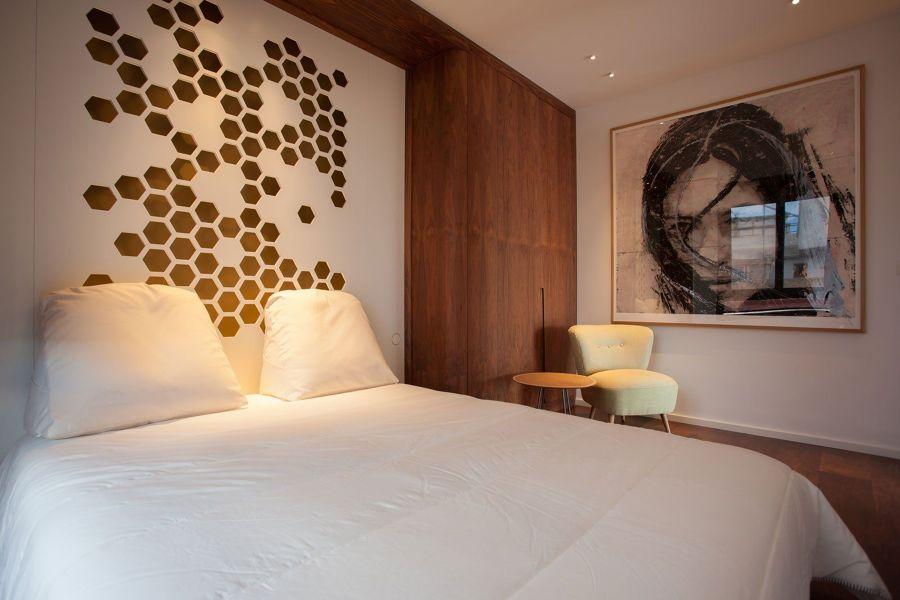 Dormitorio con armario empotrado de formas curvas