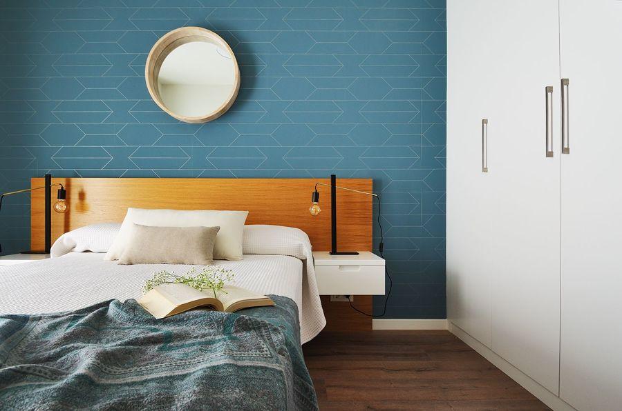 Dormitorio con armario empotrado y frente con papel pintado