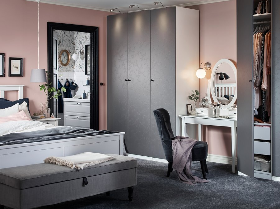 Dormitorio con armarios exentos de IKEA