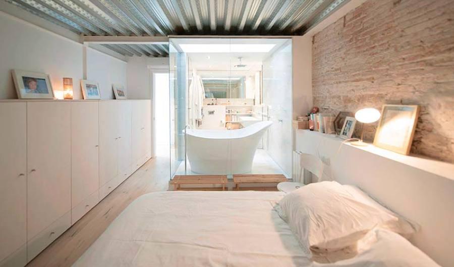 dormitorio con bañera exenta