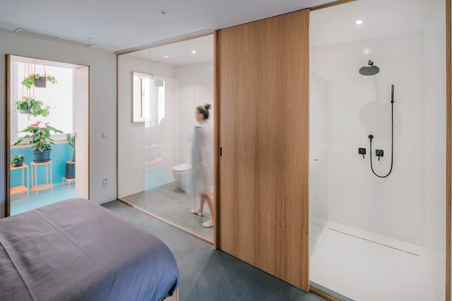 En busca del espacio continuo una casa transformable for Dormitorio con bano