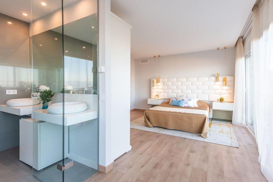 Dormitorio con baño en suite con tarima flotante
