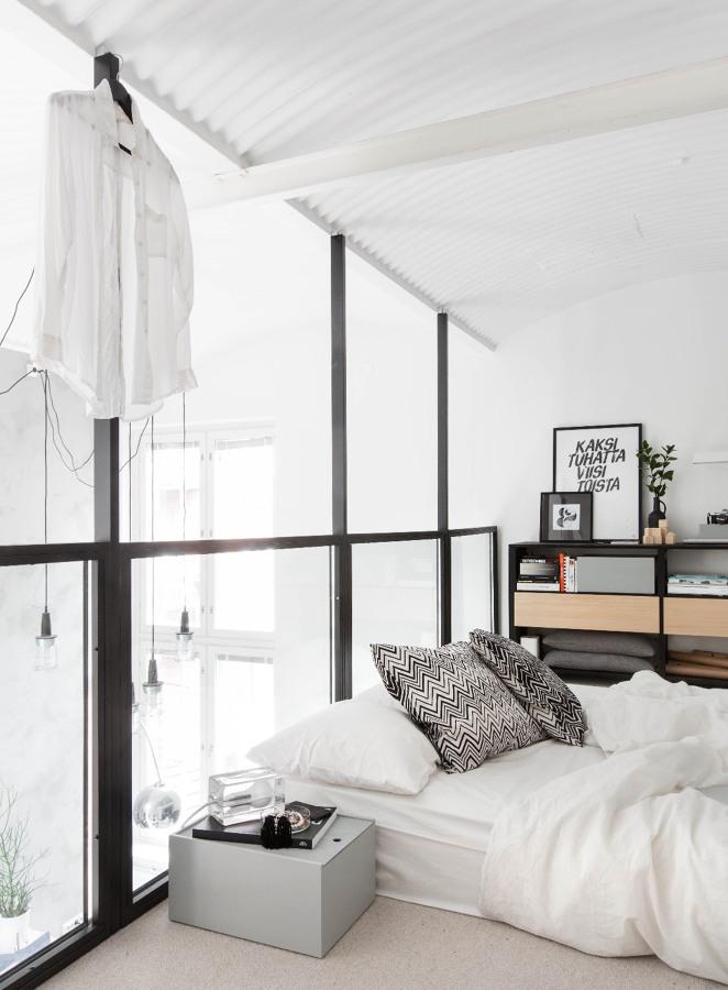 Dormitorio con barandilla de acero