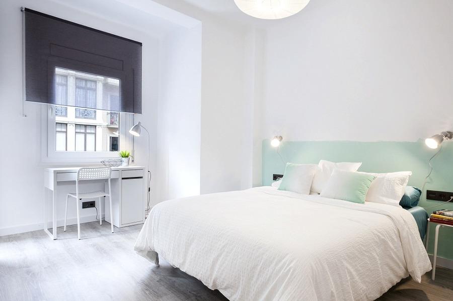 Dormitorio con base blanca