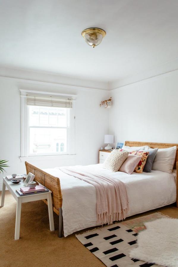 Dormitorio con cabecero d emimbre