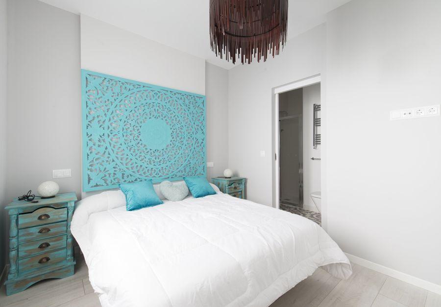 Dormitorio con cabecero de inspiración vintage