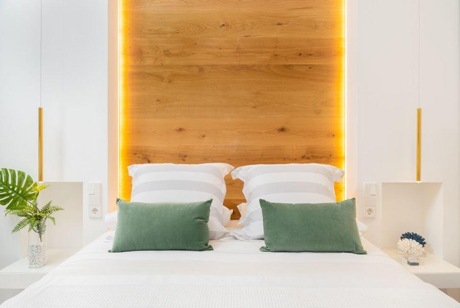 Dormitorio con cabecero iluminado con led