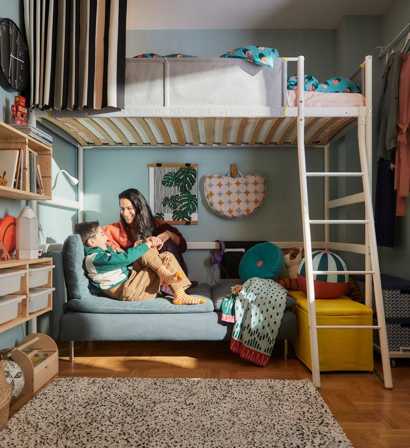 Dormitorio con cama alta de IKEA 21.