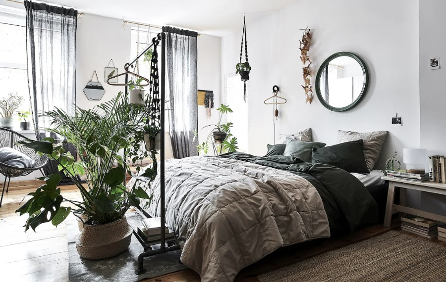 Dormitorio con cama de matrimonio decorado con plantas