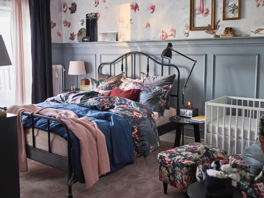 Dormitorio con cama de matrimonio y cuna (ambos con colchones de IKEA)