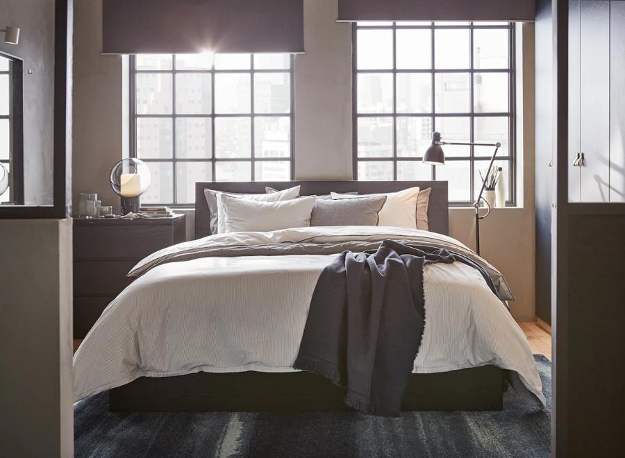 dormitorio con cama, muebles y colchón de IKEA