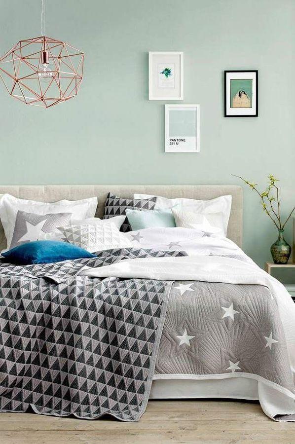 Dormitorio con cama y cojines con estrellas