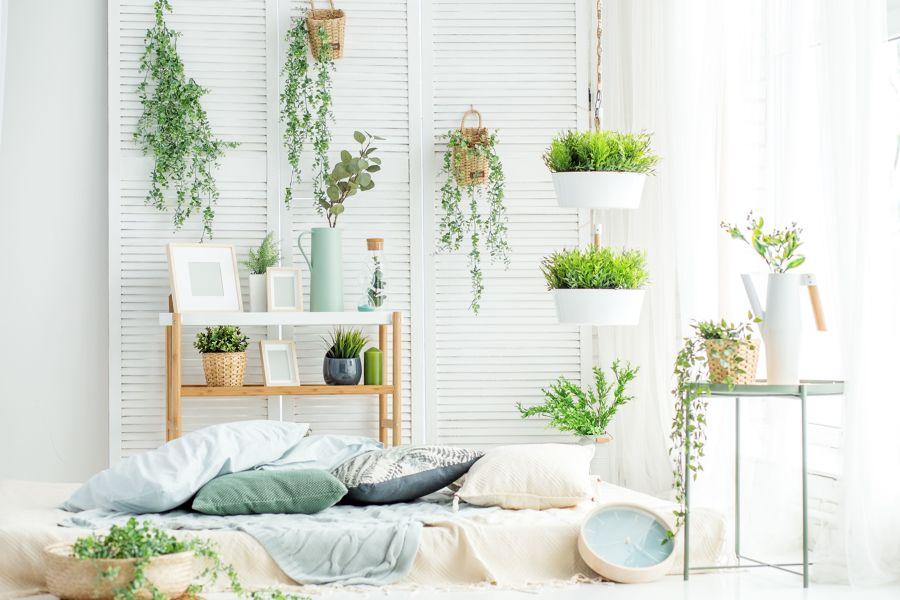 Dormitorio con detalles florales y plantas