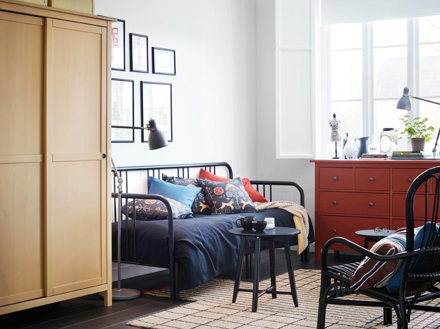 Dormitorio con diván y colchón de espuma