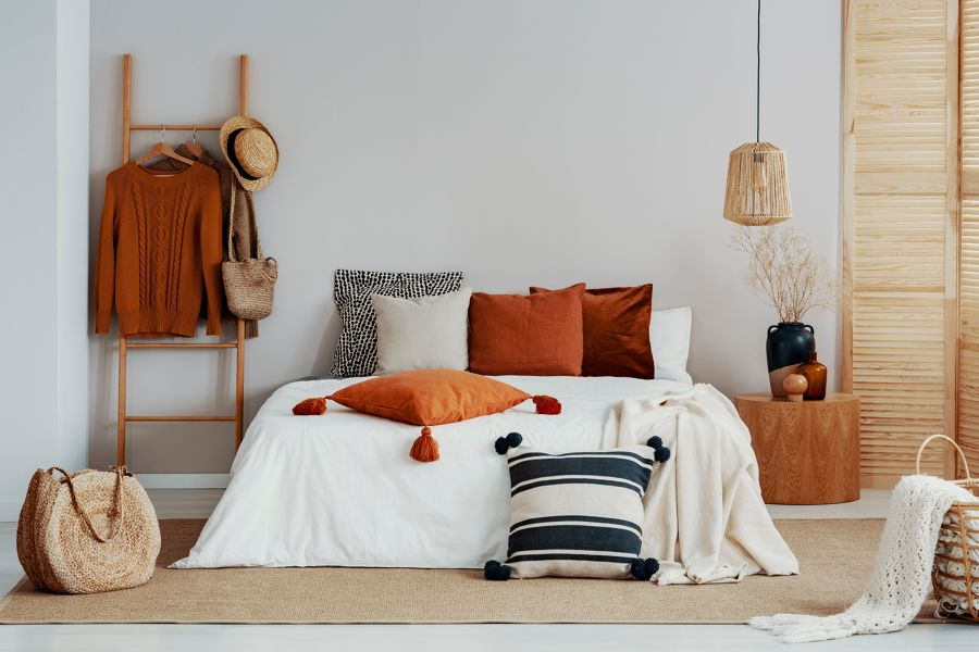 Dormitorio con elementos de mimbre