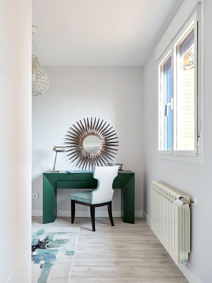 Dormitorio con escritorio de madera