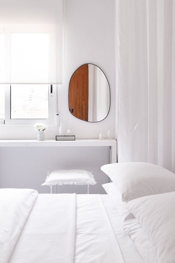 Dormitorio con espejo irregular