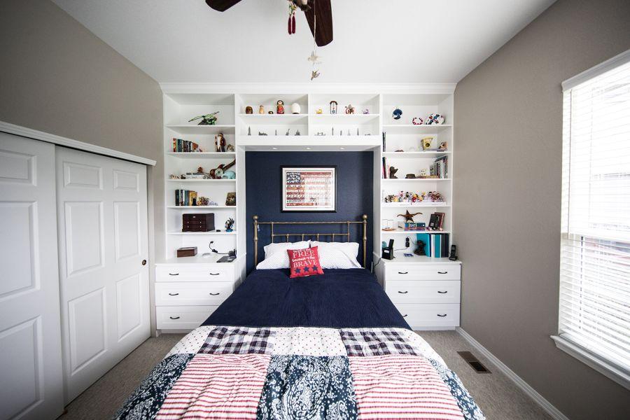 Dormitorio con estanterías