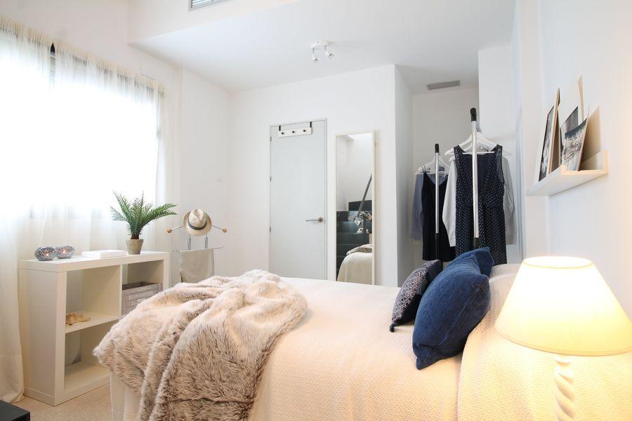 Dormitorio con focos en techo