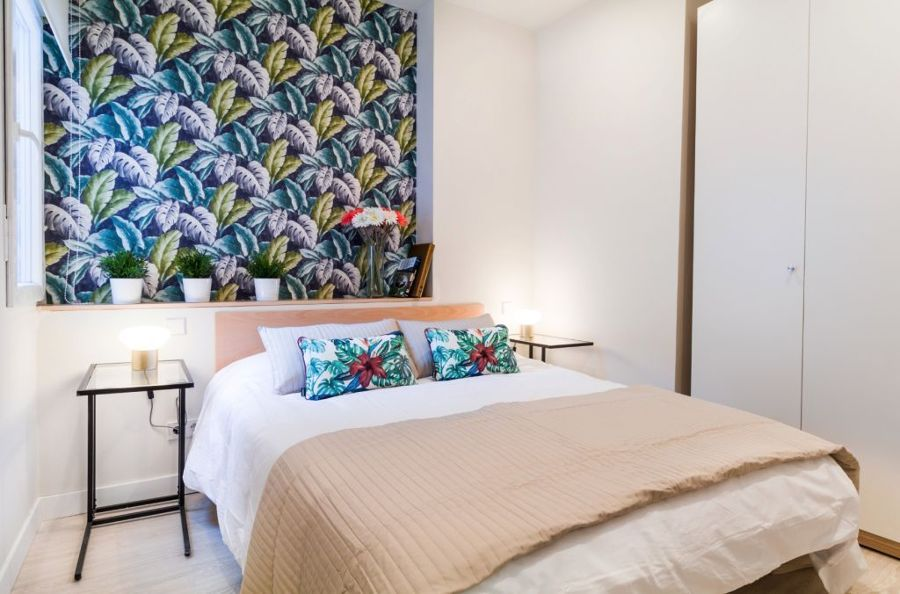 Dormitorio con frente de papel pintado
