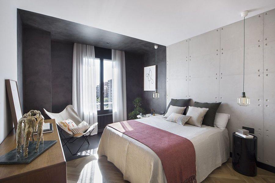 Dormitorio con frente de papel pintado y pintura en tonos grises, negros y blancos.
