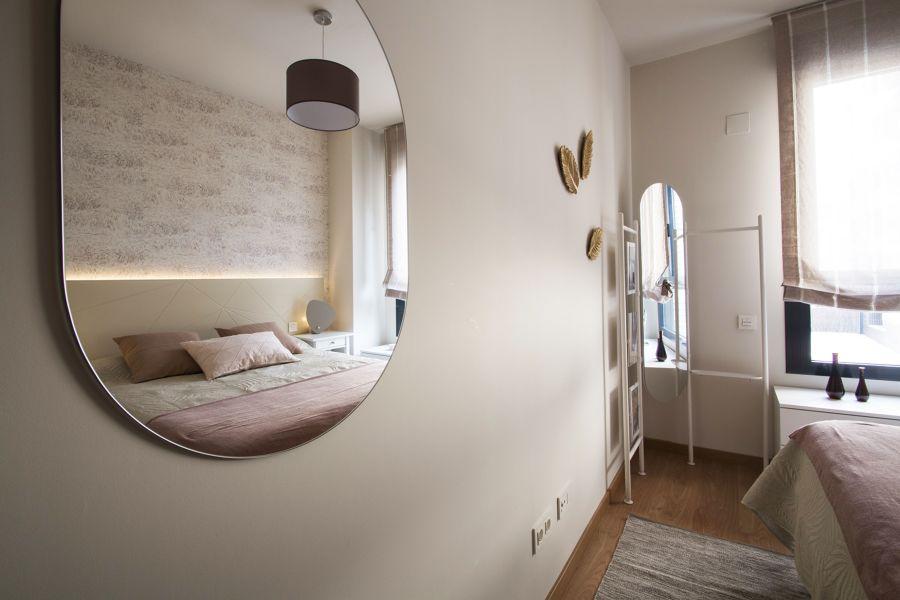 Dormitorio con gran espejo