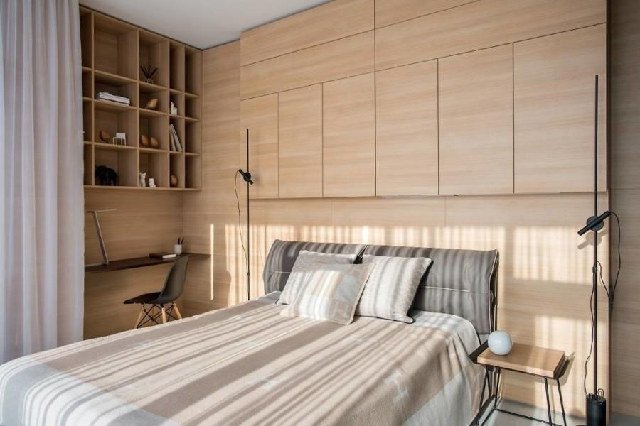Dormitorio con gran sistema de almacenaje oculto y espacio de trabajo.