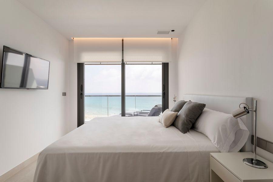 Dormitorio con gran ventanal y acceso a terraza