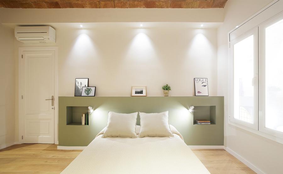 dormitorio con iluminación artificial