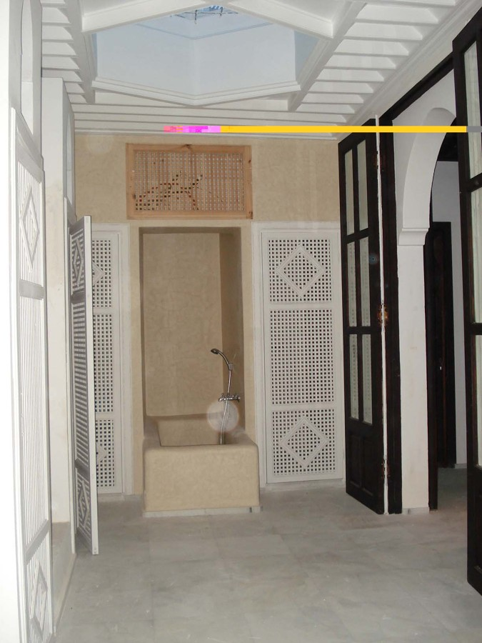 Dormitorio con la bañera de estuco marroquí a la vista.