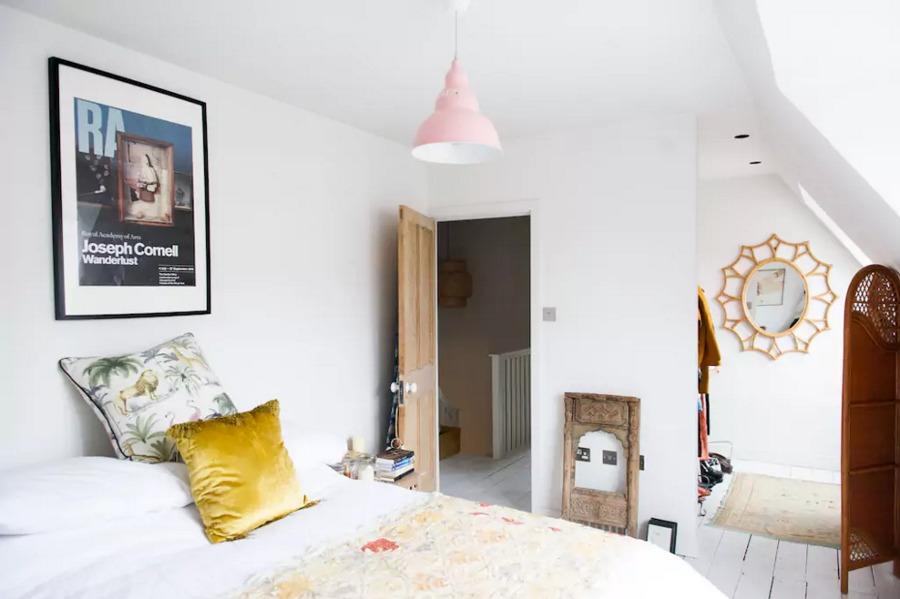 Dormitorio con lámpara rosa