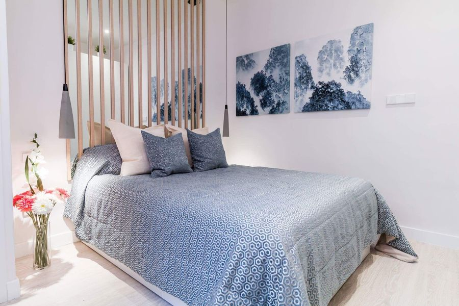Dormitorio con luz artificial