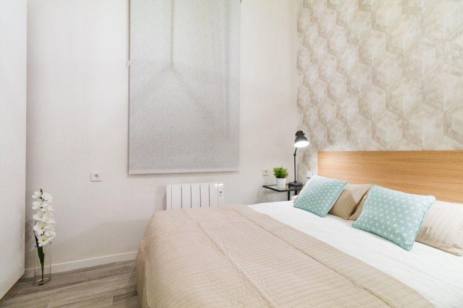 Dormitorio con luz en mesilla