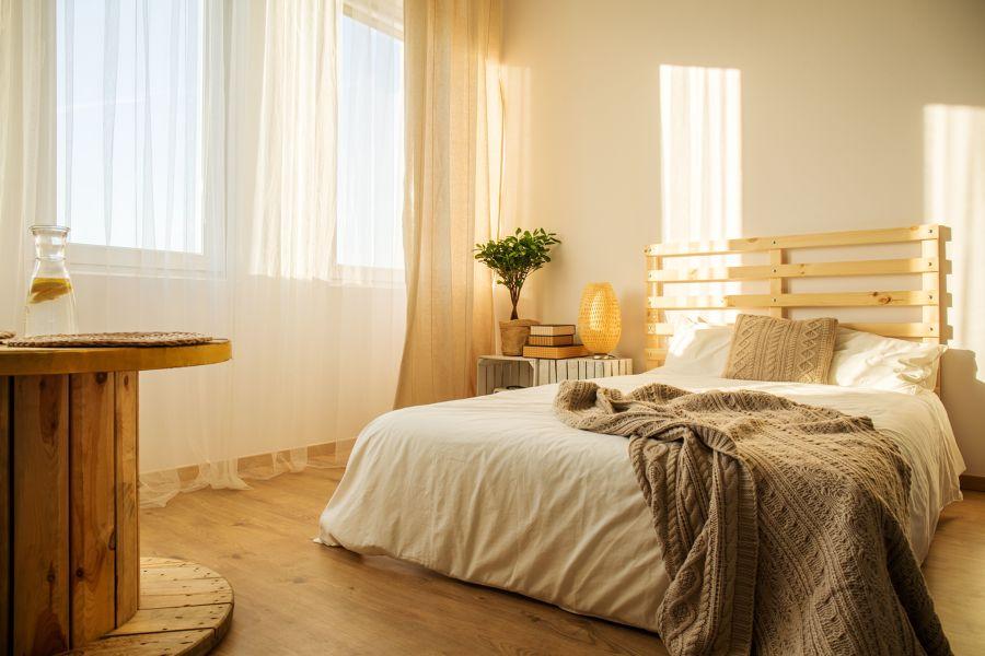 Dormitorio con luz natural y cortinas