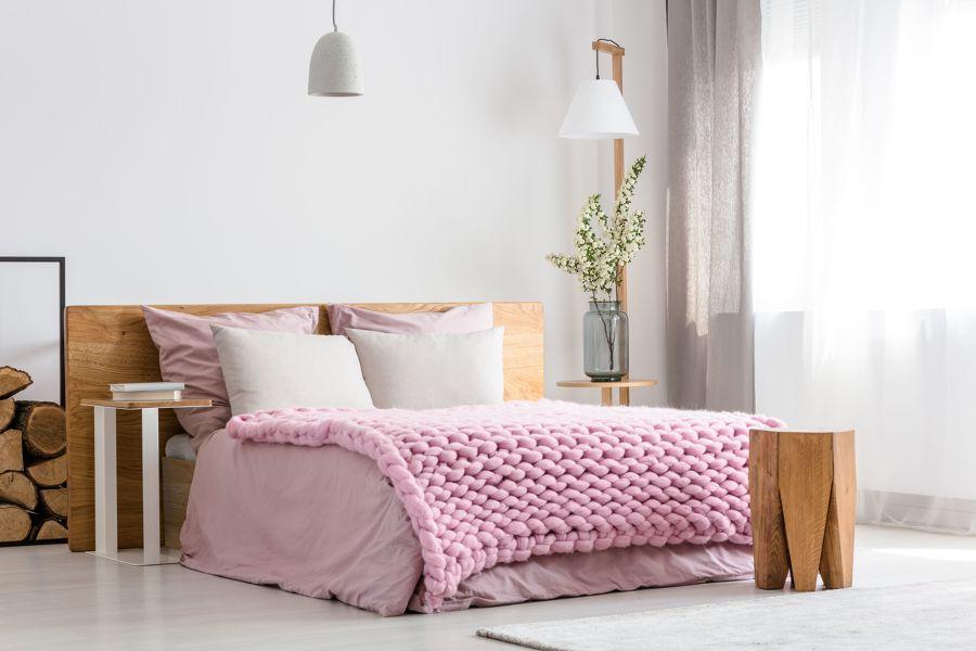 Dormitorio con manta rosa