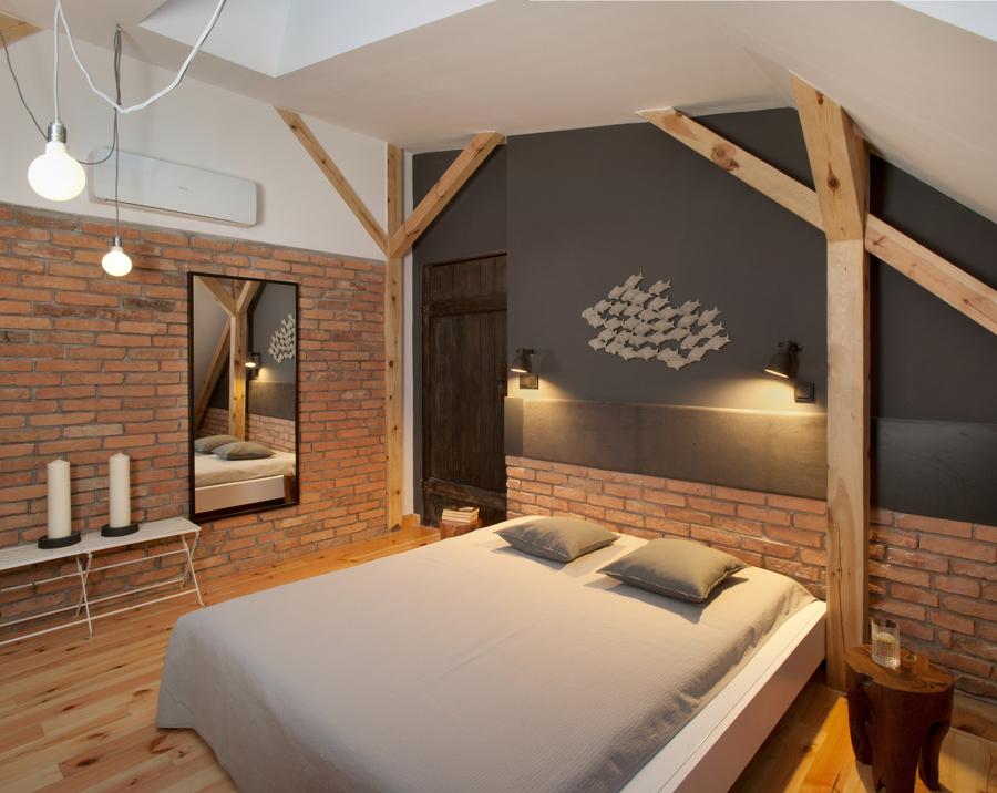 Dormitorio con materiales vistos