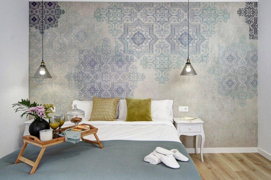 Dormitorio con mesitas de noche restauradas