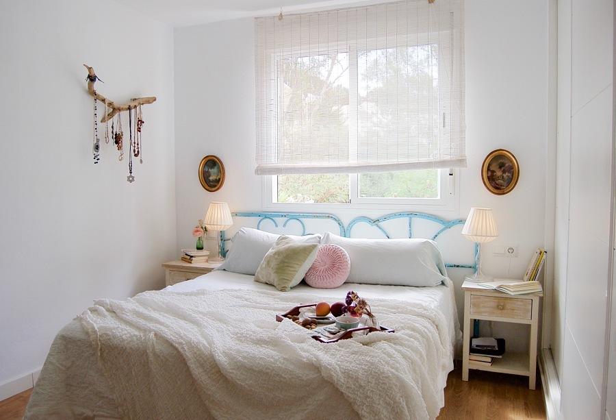 dormitorio con mesitas y cabecero restaurados