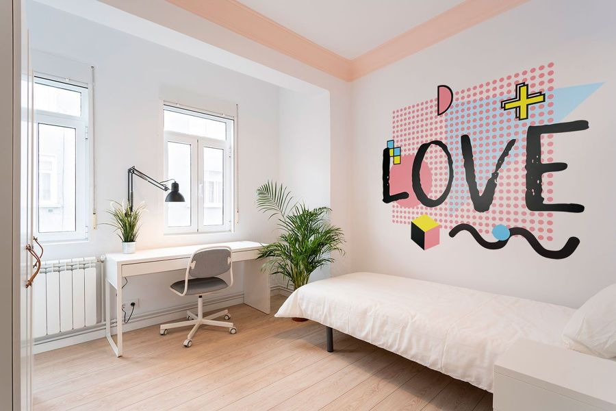 Dormitorio con moldura pintada