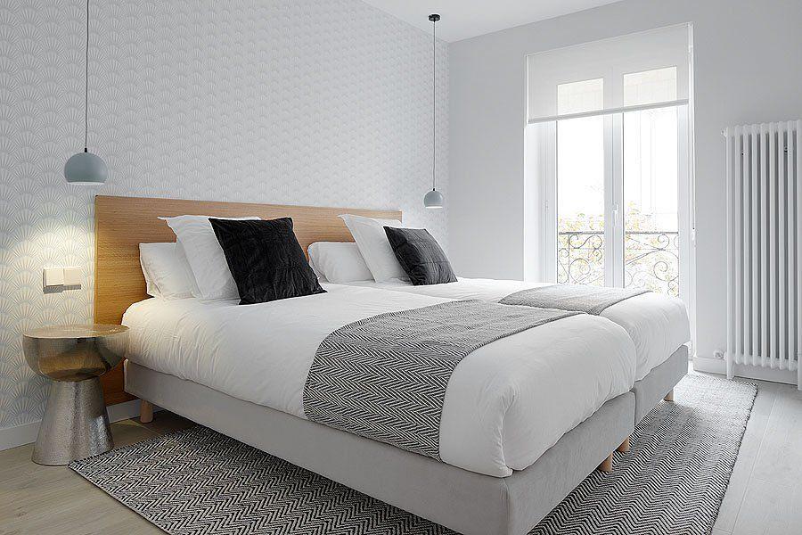 Dormitorio con papel pintado de estilo nórdico