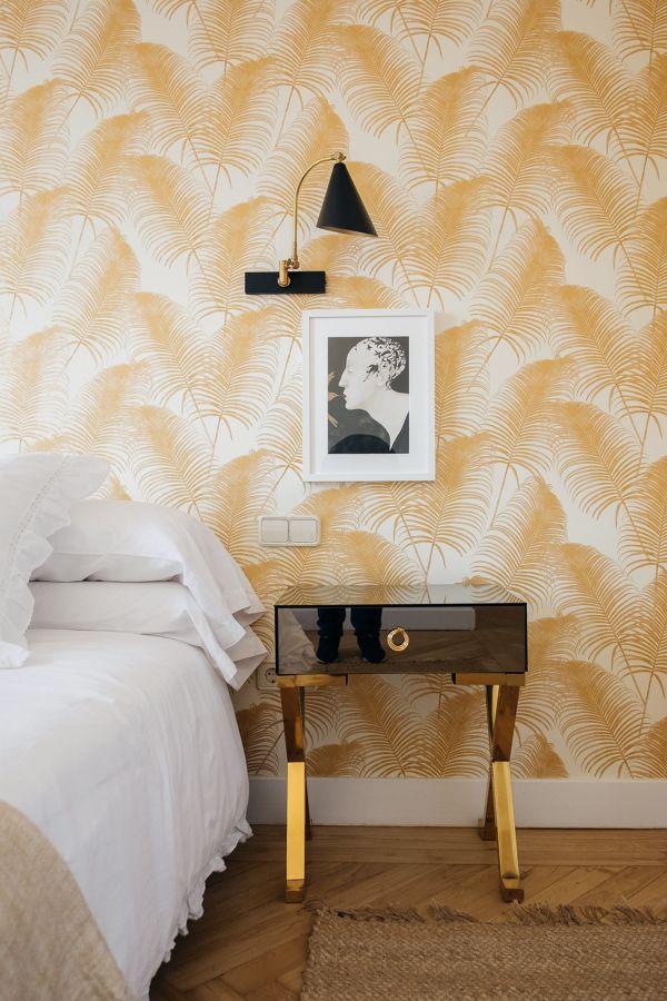 Dormitorio con papel pintado floral