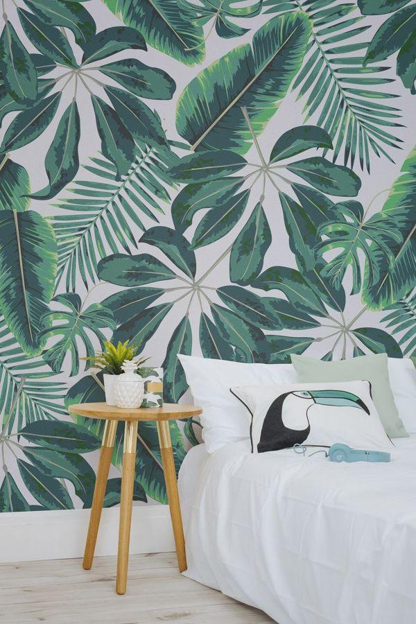 dormitorio con papel pintado motivo tropical