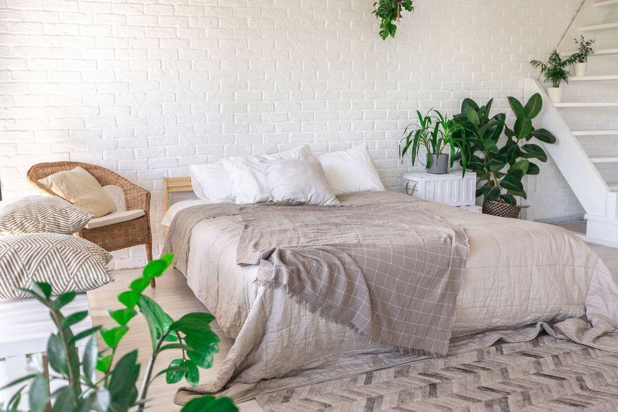 Dormitorio con pared de ladrillo blanco