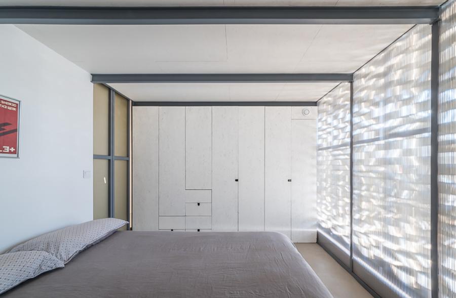 dormitorio con pared de policarbonato