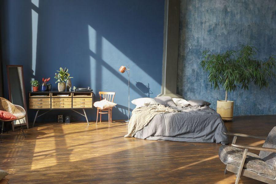 Dormitorio con pared en azul petróleo