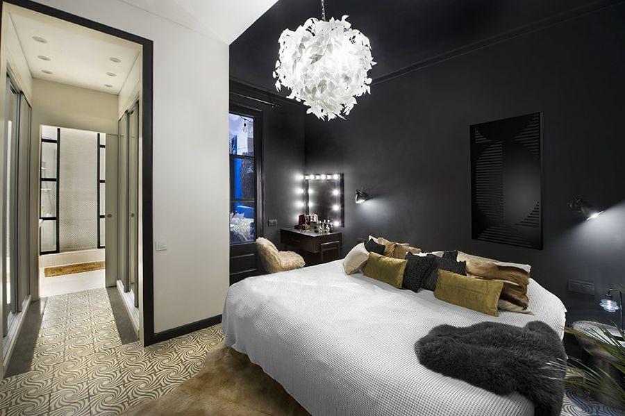 dormitorio con pared negra y tocador al fondo