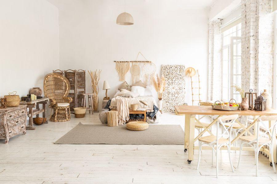 Dormitorio con paredes blancas y suelos de madera clara