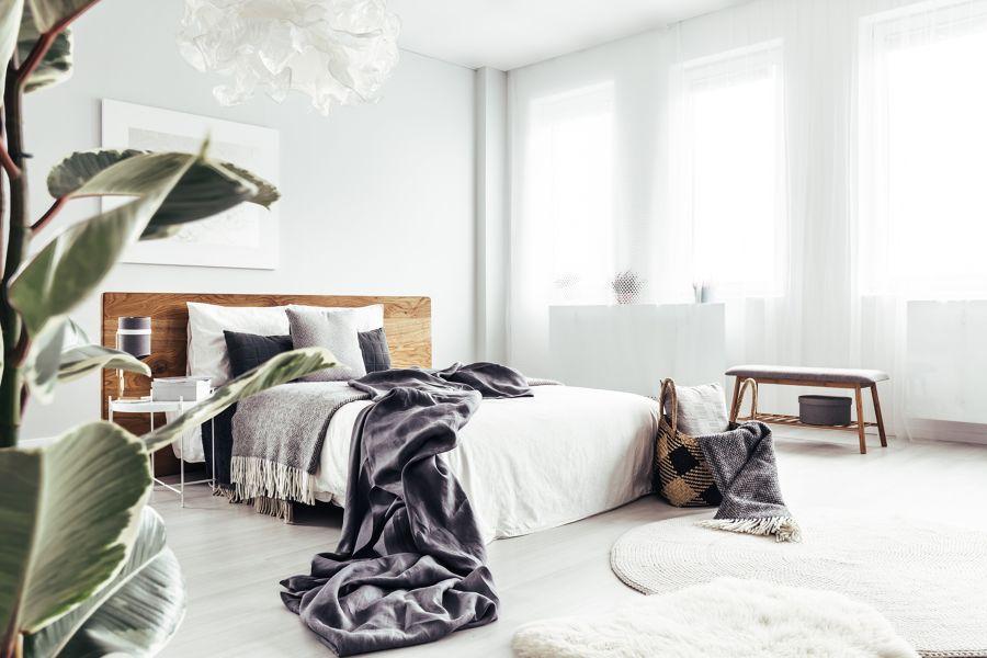 Dormitorio con paredes y suelos de madera claros