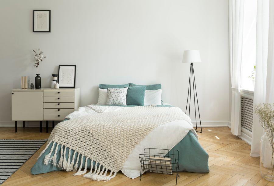 Dormitorio con parquet